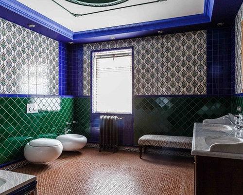 salle de bain avec un bidet et un mur multicolore photos et id es d co de salles de bain. Black Bedroom Furniture Sets. Home Design Ideas