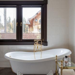 Стильный дизайн: ванная комната в стиле современная классика с ванной на ножках и коричневым полом - последний тренд