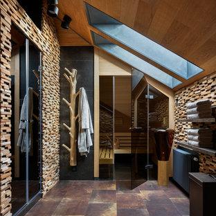 Свежая идея для дизайна: большая баня и сауна в современном стиле с бежевой плиткой, коричневым полом и бежевыми стенами - отличное фото интерьера