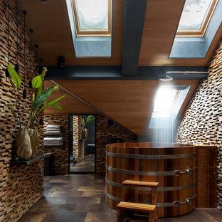 Свежая идея для дизайна: большая баня и сауна в современном стиле с бежевой плиткой, бежевыми стенами, коричневым полом и гидромассажной ванной - отличное фото интерьера