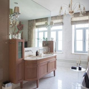 Свежая идея для дизайна: главная ванная комната в классическом стиле с фасадами с утопленной филенкой, фасадами цвета дерева среднего тона, отдельно стоящей ванной, белой плиткой, белыми стенами, врезной раковиной, белым полом и бежевой столешницей - отличное фото интерьера