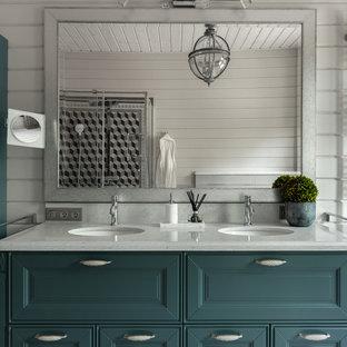 Пример оригинального дизайна: баня и сауна в стиле неоклассика (современная классика) с фасадами с выступающей филенкой, белыми стенами, врезной раковиной, белой столешницей и зелеными фасадами