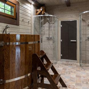 Неиссякаемый источник вдохновения для домашнего уюта: главная ванная комната в стиле кантри с гидромассажной ванной, угловым душем, разноцветным полом и душем с раздвижными дверями