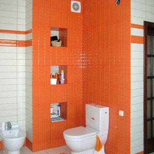 Foto di una grande stanza da bagno padronale eclettica con ante arancioni, vasca idromassaggio, WC a due pezzi, piastrelle arancioni, piastrelle diamantate, pareti bianche, pavimento con piastrelle in ceramica e lavabo sospeso