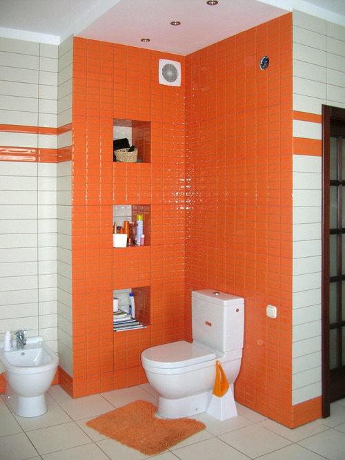 Stanza da bagno con ante arancioni e piastrelle diamantate for Piastrelle bianche pavimento