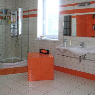 Ispirazione per una grande stanza da bagno padronale bohémian con ante arancioni, vasca idromassaggio, WC a due pezzi, piastrelle arancioni, piastrelle diamantate, pareti bianche, pavimento con piastrelle in ceramica e lavabo sospeso