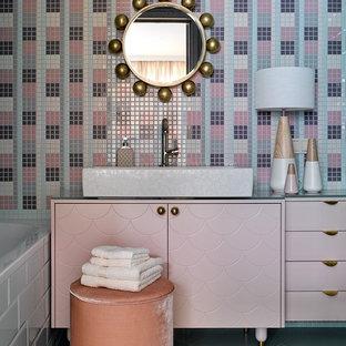Пример оригинального дизайна интерьера: главная ванная комната в современном стиле с плоскими фасадами, разноцветной плиткой, плиткой мозаикой и настольной раковиной