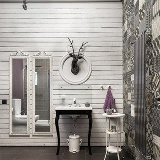 На фото: ванная комната в стиле фьюжн с белыми стенами, консольной раковиной и серым полом