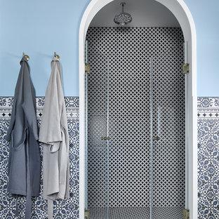 Свежая идея для дизайна: ванная комната в средиземноморском стиле с синими стенами, душевой кабиной и душем с распашными дверями - отличное фото интерьера