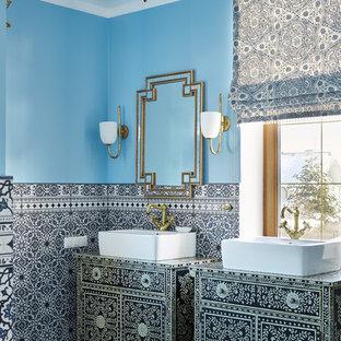 Стильный дизайн: ванная комната в средиземноморском стиле с синими стенами и настольной раковиной - последний тренд