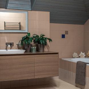Выдающиеся фото от архитекторов и дизайнеров интерьера: большая ванная комната в современном стиле с плоскими фасадами, бежевой плиткой, керамической плиткой, полом из керамической плитки, накладной раковиной, разноцветным полом, фасадами цвета дерева среднего тона, накладной ванной и коричневыми стенами