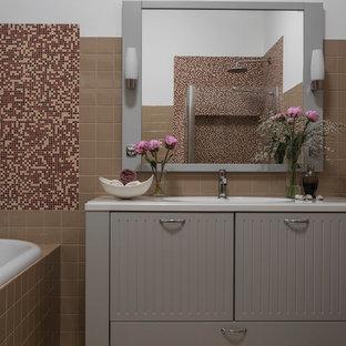 Пример оригинального дизайна: большая главная ванная комната в стиле современная классика с плоскими фасадами, серыми фасадами, керамической плиткой, полом из керамической плитки, врезной раковиной, столешницей из искусственного камня, накладной ванной, коричневой плиткой, белыми стенами, бежевым полом, белой столешницей, угловым душем и душем с распашными дверями