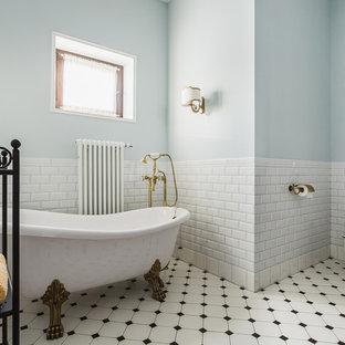На фото: главная ванная комната среднего размера в классическом стиле с ванной на ножках, белой плиткой, керамической плиткой, полом из керамической плитки, раздельным унитазом, серыми стенами, белым полом, фасадами цвета дерева среднего тона, накладной раковиной, столешницей из кварцита, белой столешницей, сиденьем для душа, тумбой под одну раковину, напольной тумбой, кессонным потолком и фасадами с выступающей филенкой
