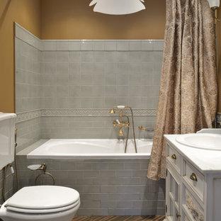 Стильный дизайн: главная ванная комната в классическом стиле с фасадами с утопленной филенкой, белыми фасадами, ванной в нише, душем над ванной, раздельным унитазом, серой плиткой, коричневыми стенами, накладной раковиной, коричневым полом, шторкой для ванной и белой столешницей - последний тренд