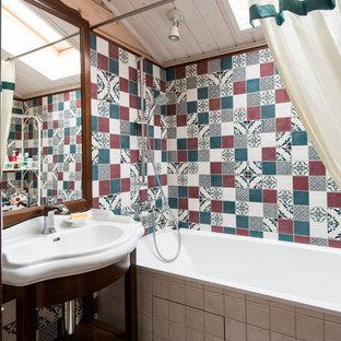 Новые идеи обустройства дома: главная ванная комната в стиле кантри с разноцветной плиткой, бежевыми стенами и накладной раковиной