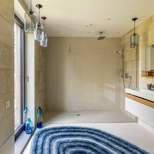 На фото: ванная комната среднего размера в скандинавском стиле с плоскими фасадами, белыми фасадами, душем без бортиков, бежевой плиткой, душевой кабиной, бежевыми стенами, консольной раковиной, бежевым полом и открытым душем