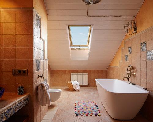 Salle de bain avec un sol en carreau de terre cuite et un for Salle de bain avec toilette