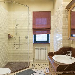 Новый формат декора квартиры: ванная комната в классическом стиле с фасадами цвета дерева среднего тона, угловым душем, белой плиткой, плиткой кабанчик, бежевыми стенами, душевой кабиной и настольной раковиной