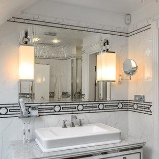 Новый формат декора квартиры: ванная комната в стиле современная классика с плоскими фасадами, белыми фасадами, белой плиткой, черно-белой плиткой, настольной раковиной и мраморной столешницей