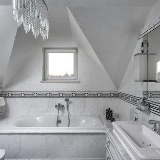 Неиссякаемый источник вдохновения для домашнего уюта: главная ванная комната в стиле современная классика с плоскими фасадами, белыми фасадами, накладной ванной, белой плиткой, черно-белой плиткой, белыми стенами, настольной раковиной и мраморной столешницей