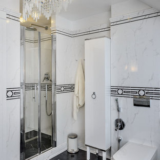 Свежая идея для дизайна: ванная комната в стиле современная классика с душем в нише, инсталляцией, белой плиткой, черно-белой плиткой, душевой кабиной и черным полом - отличное фото интерьера