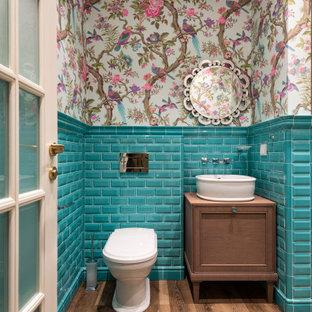 Неиссякаемый источник вдохновения для домашнего уюта: ванная комната среднего размера в современном стиле с фасадами с утопленной филенкой, коричневыми фасадами, инсталляцией, синей плиткой, керамогранитной плиткой, паркетным полом среднего тона, душевой кабиной, настольной раковиной, столешницей из дерева, коричневым полом и коричневой столешницей