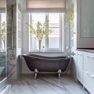 На фото: большая ванная комната в стиле неоклассика (современная классика) с фасадами в стиле шейкер, белыми фасадами, ванной на ножках, угловым душем, белой плиткой, белыми стенами, врезной раковиной, белым полом, серой столешницей и встроенной тумбой с