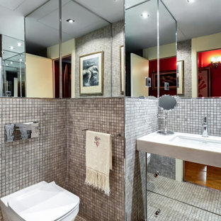 Modelo de cuarto de baño contemporáneo con armarios con paneles lisos, paredes grises, suelo con mosaicos de baldosas, lavabo bajoencimera y suelo gris