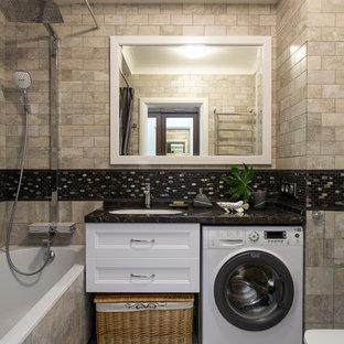 Новый формат декора квартиры: главная ванная комната в современном стиле с фасадами с утопленной филенкой, белыми фасадами, ванной в нише, душем над ванной, бежевой плиткой, черной плиткой, врезной раковиной, бежевым полом и шторкой для душа