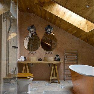 Неиссякаемый источник вдохновения для домашнего уюта: главная ванная комната в средиземноморском стиле с открытыми фасадами, отдельно стоящей ванной, раздельным унитазом, бежевыми стенами, настольной раковиной, синей плиткой и серой плиткой
