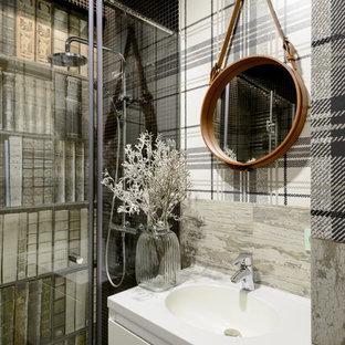 Источник вдохновения для домашнего уюта: ванная комната в стиле фьюжн с плоскими фасадами, белыми фасадами, серой плиткой, душевой кабиной, душем с распашными дверями, душем в нише, полом из мозаичной плитки, консольной раковиной и черным полом