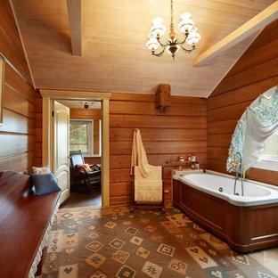 エカテリンブルクの大きいカントリー風おしゃれなマスターバスルーム (大型浴槽、シャワー付き浴槽、茶色いタイル、磁器タイル、茶色い壁、磁器タイルの床) の写真