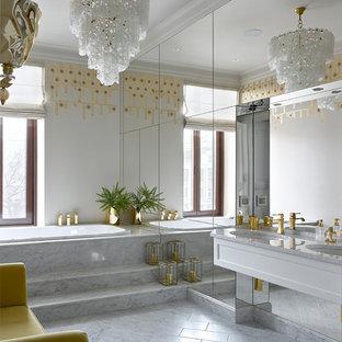 Неиссякаемый источник вдохновения для домашнего уюта: главная ванная комната в стиле современная классика с плоскими фасадами, белыми фасадами, накладной ванной, белыми стенами, мраморным полом, врезной раковиной и серым полом
