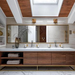 На фото: большая ванная комната в стиле современная классика с плоскими фасадами, темными деревянными фасадами, бежевой плиткой, накладной раковиной, белым полом, белой столешницей, тумбой под две раковины, напольной тумбой и сводчатым потолком