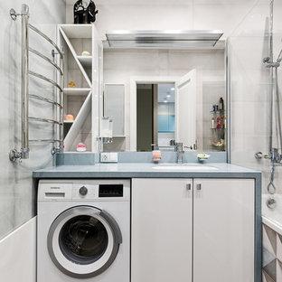 Пример оригинального дизайна: маленькая главная ванная комната в скандинавском стиле с плоскими фасадами, белыми фасадами, полновстраиваемой ванной, инсталляцией, серой плиткой, керамической плиткой, серыми стенами, полом из керамической плитки, врезной раковиной, столешницей из искусственного камня, коричневым полом и бирюзовой столешницей