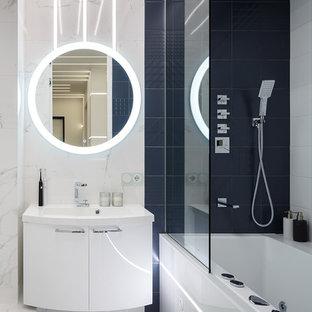 На фото: маленькая главная ванная комната в современном стиле с плоскими фасадами, белыми фасадами, душем над ванной, керамогранитной плиткой, полом из керамогранита, белым полом, ванной в нише, белой плиткой, черной плиткой и накладной раковиной с