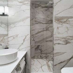 Свежая идея для дизайна: ванная комната в современном стиле с открытыми фасадами, душем в нише, бежевой плиткой, душевой кабиной, настольной раковиной и белой столешницей - отличное фото интерьера