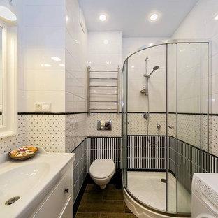 Idee per una piccola stanza da bagno con doccia con ante con riquadro incassato, ante bianche, doccia ad angolo, WC sospeso, piastrelle bianche, piastrelle in ceramica, pareti bianche, pavimento in gres porcellanato, lavabo a colonna, pavimento marrone e porta doccia scorrevole