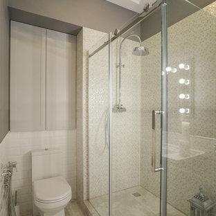 Новые идеи обустройства дома: ванная комната в стиле современная классика с угловым душем, раздельным унитазом, белой плиткой, плиткой мозаикой, серыми стенами, душевой кабиной, бежевым полом и душем с распашными дверями