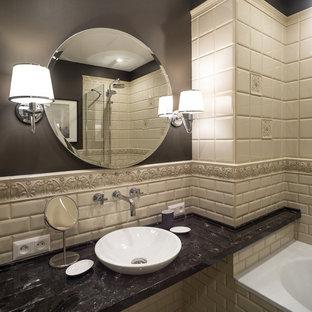 Создайте стильный интерьер: главная ванная комната в классическом стиле с открытыми фасадами, ванной в нише, душем над ванной, бежевой плиткой, плиткой кабанчик, серыми стенами и настольной раковиной - последний тренд