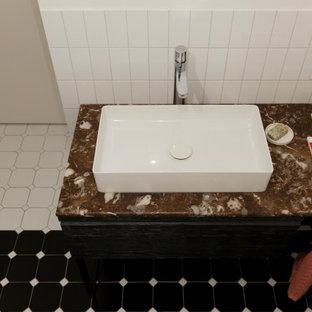Inredning av ett stort röd rött en-suite badrum, med svarta skåp, vit kakel, keramikplattor, vita väggar, klinkergolv i keramik, ett nedsänkt handfat och marmorbänkskiva