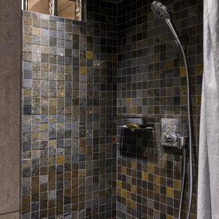 Ejemplo de cuarto de baño con ducha, actual, con baldosas y/o azulejos grises y baldosas y/o azulejos en mosaico