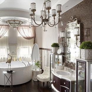 Неиссякаемый источник вдохновения для домашнего уюта: главная ванная комната в стиле современная классика с коричневыми фасадами, отдельно стоящей ванной, белой плиткой, коричневой плиткой, плиткой мозаикой, врезной раковиной и коричневым полом
