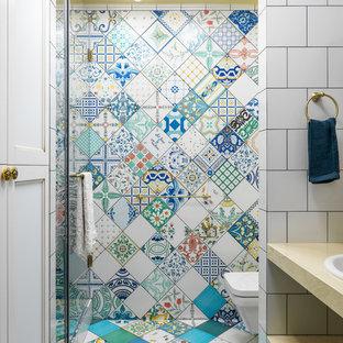 Foto på ett eklektiskt badrum med dusch, med öppna hyllor, en dusch i en alkov, en vägghängd toalettstol, flerfärgad kakel, blå kakel, grön kakel, gul kakel, ett nedsänkt handfat, flerfärgat golv, dusch med gångjärnsdörr, keramikplattor, flerfärgade väggar och cementgolv