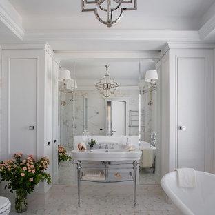 На фото: ванная комната в стиле современная классика с ванной на ножках, белыми стенами, консольной раковиной и серым полом