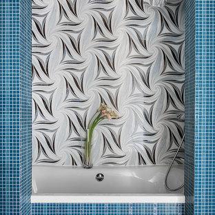 Свежая идея для дизайна: главная ванная комната среднего размера в современном стиле с ванной в нише, душем над ванной, синей плиткой и плиткой мозаикой - отличное фото интерьера