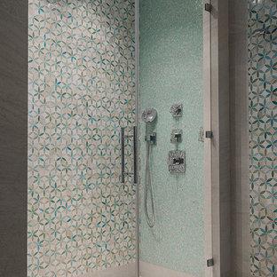 Свежая идея для дизайна: ванная комната среднего размера в современном стиле с душем в нише, плиткой мозаикой, душевой кабиной, бежевым полом, душем с распашными дверями и разноцветной плиткой - отличное фото интерьера