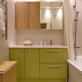 Пример оригинального дизайна интерьера: главная ванная комната в современном стиле с фасадами в стиле шейкер, зелеными фасадами, ванной в нише, душем над ванной, зеленым полом, шторкой для душа и белой столешницей