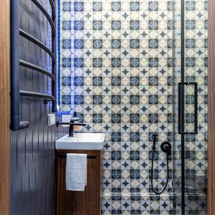 Пример оригинального дизайна: ванная комната в современном стиле с плоскими фасадами, фасадами цвета дерева среднего тона, душем в нише, разноцветной плиткой, консольной раковиной, разноцветным полом, душем с распашными дверями, тумбой под одну раковину и подвесной тумбой