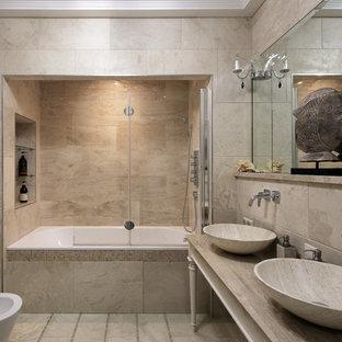 Idéer för stora vintage beige en-suite badrum, med ett badkar i en alkov, en dusch/badkar-kombination, en bidé, beige kakel, travertinkakel, travertin golv, marmorbänkskiva, beiget golv och ett fristående handfat